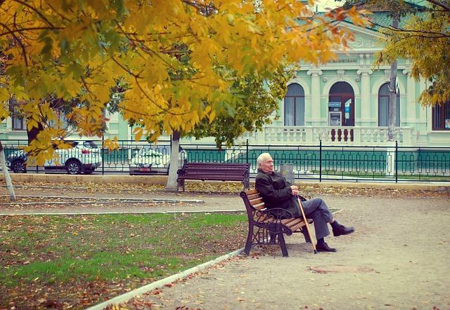 důchodce na lavičce