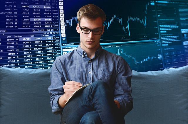 muž sedící před analýzou trhu
